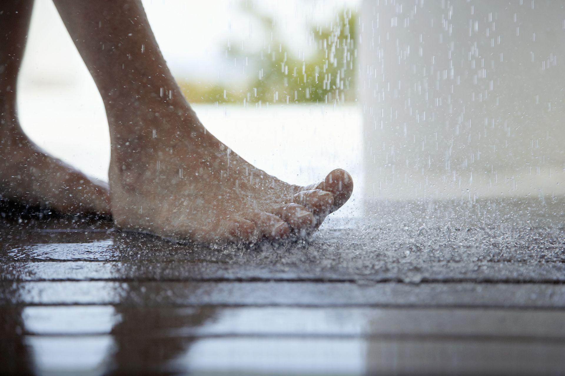 pourquoi-et-comment-choisir-une-douche-exterieure